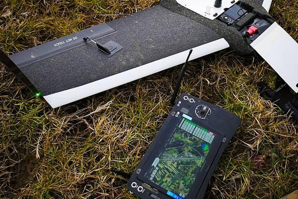 Naloty fotogrametryczne w geodezji. Dron FlyTech UAV Birdie leży na trawie