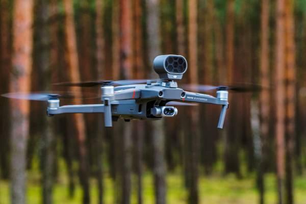 Lot dronem z kamerą termowizyjną DJI Mavic 2 Enterprise Dual na tle lasu