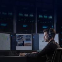 Drony oprogramowanie. DJI Flighthub - operator dronów przed ekranami.