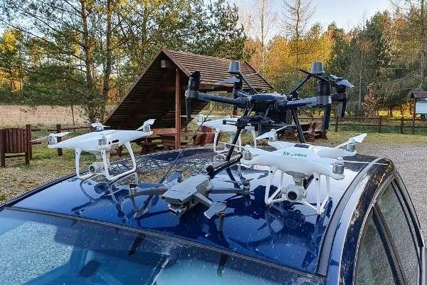Drony dla lasów państwowych na dachu samochodu.