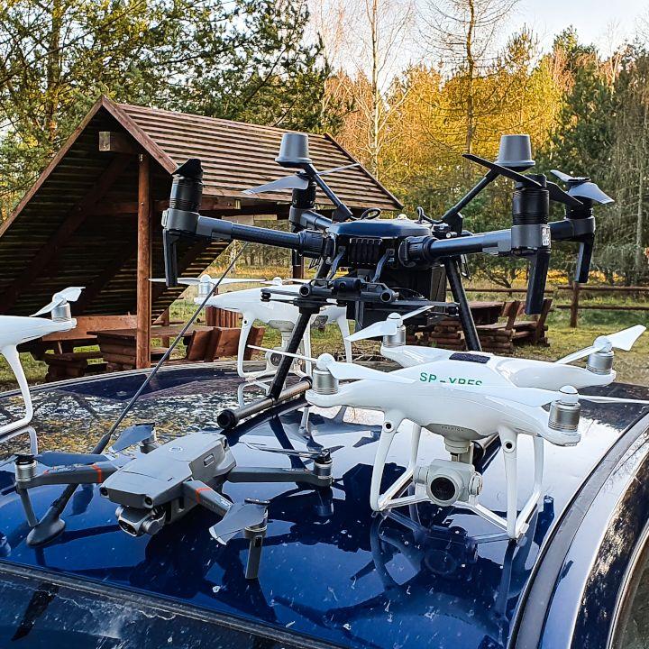 Usługi dronami - drony na dachu samochodu.