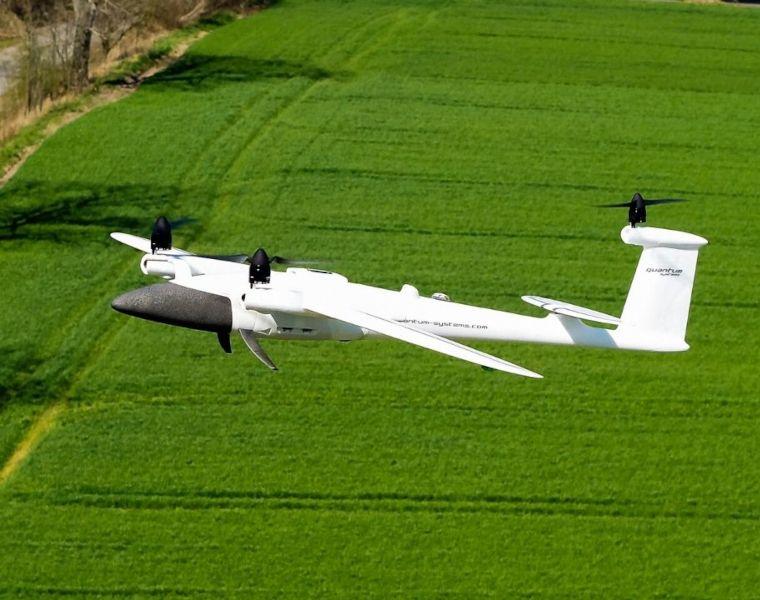 usługi dronem dla rolnictwa płatowiec nad zielonym polem
